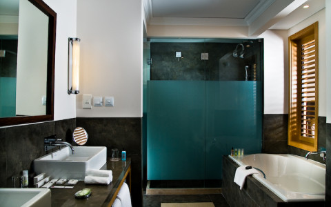 DCR_Bathroom suite_small_3