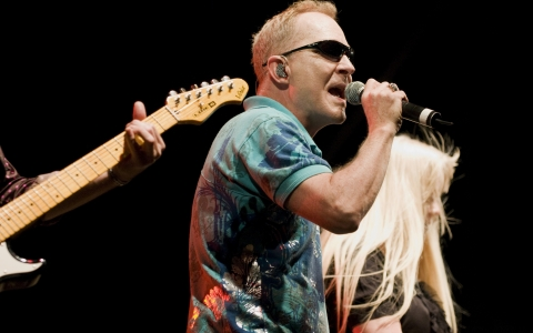 Fred Schneider and Cindy Wilson of the B 52s