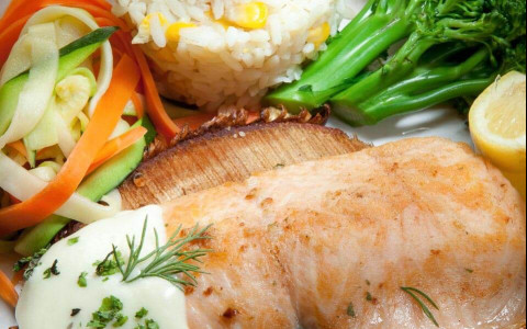 fish filet with white sauce, white rice and vegetables