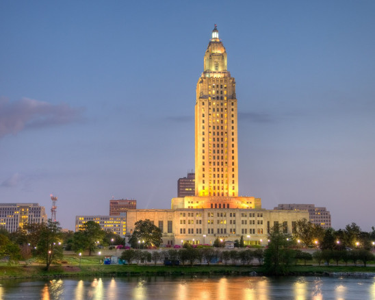 Night lights illuminate the Luisiana State Capitol building