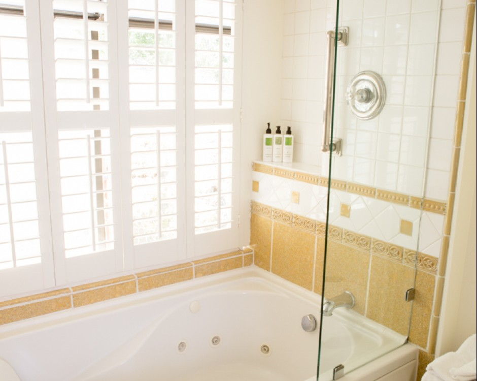 Spacious two in one white tub with shower head