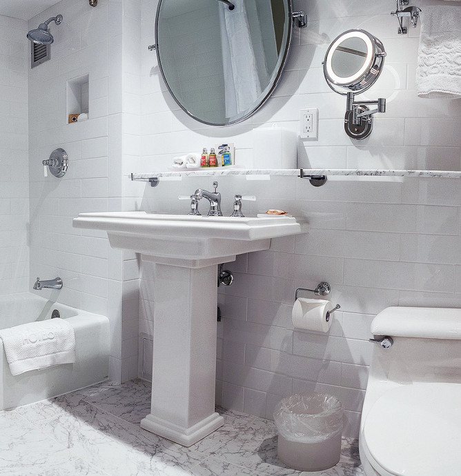 Deluxe Double guest bathroom with sink, tub and toilet
