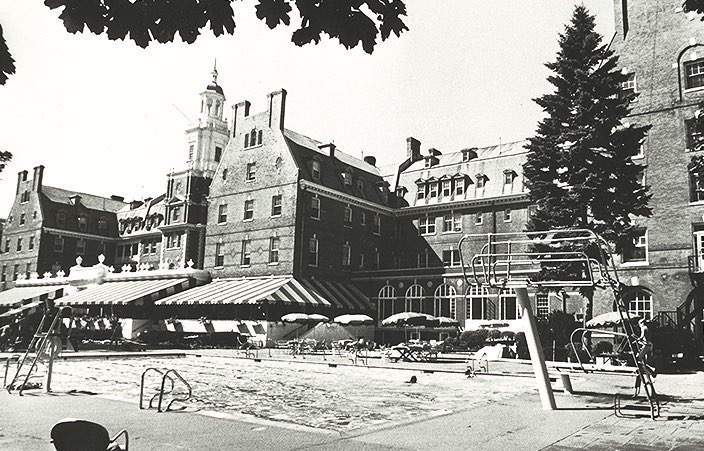 exterior of the garden city hotel in 1940s