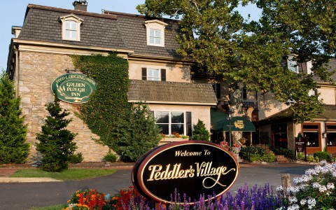 Peddlers Village entrance