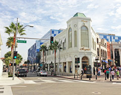 Rodeo Drive with shops, restaurants & people crossing the street
