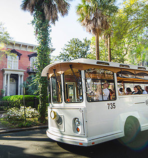 savannah trolly tour outside historic homes