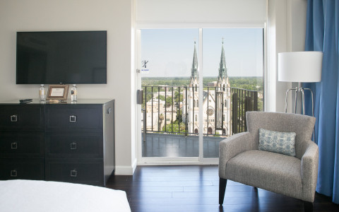 guestroom with a view of the city