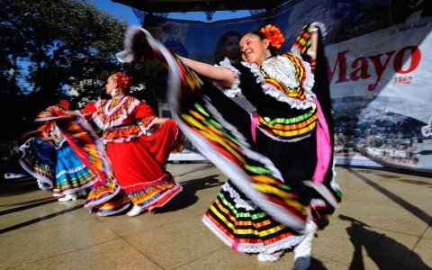 women dancing on cinco de mayo