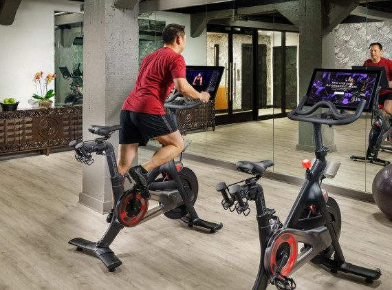 Hotel Spero Fitness Center Man Riding Spin Bike