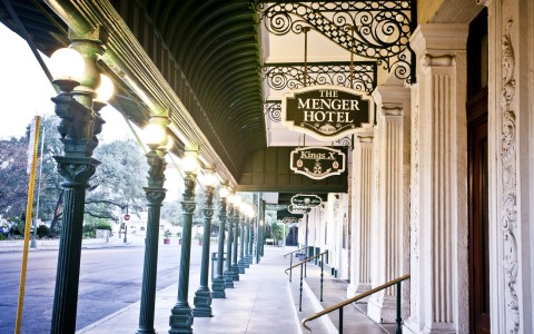 a walkway outside of the entrance of the menger hotel