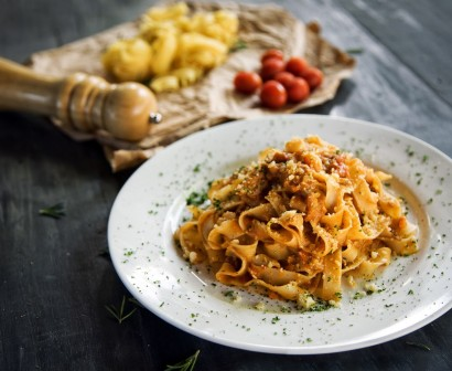 Colombini plate with linguini pasta & tomato sauce