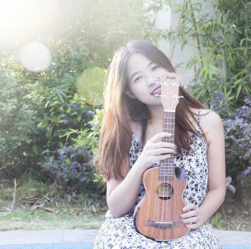 girl with ukeleili