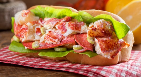 Lobster with spinach & tomato in bread bun
