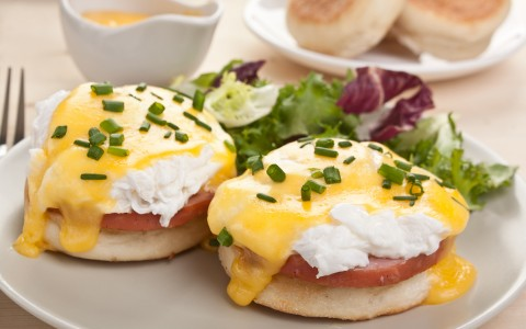 plated eggs benedict