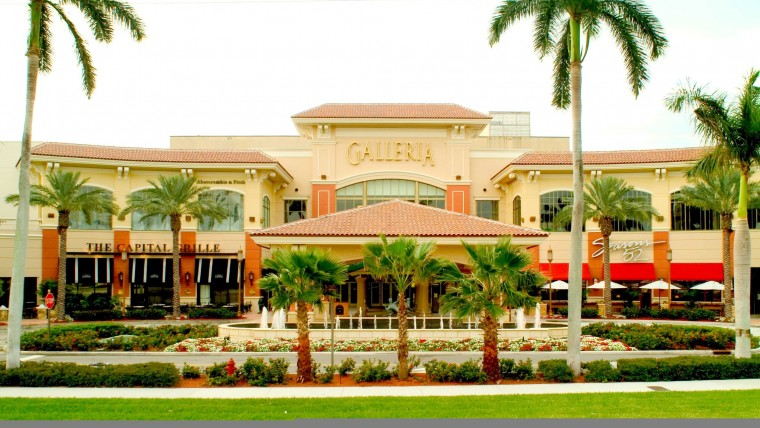 Entrance to Galleria mall with palm trees