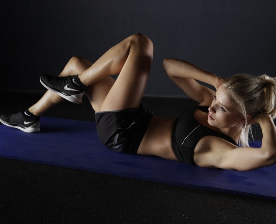 woman on mat doing crunches