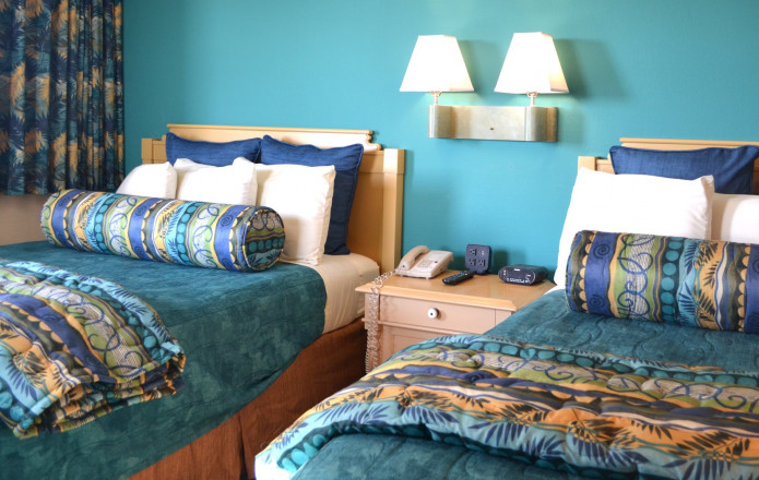 Oceanfront Suite - Plan 6-Guest room with two twin beds - blue with desk