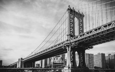 Black & white image of Brooklyn bridge