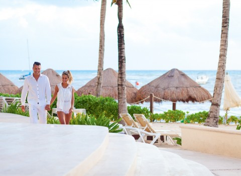 Couple walking hand in hand at Reef Playacar