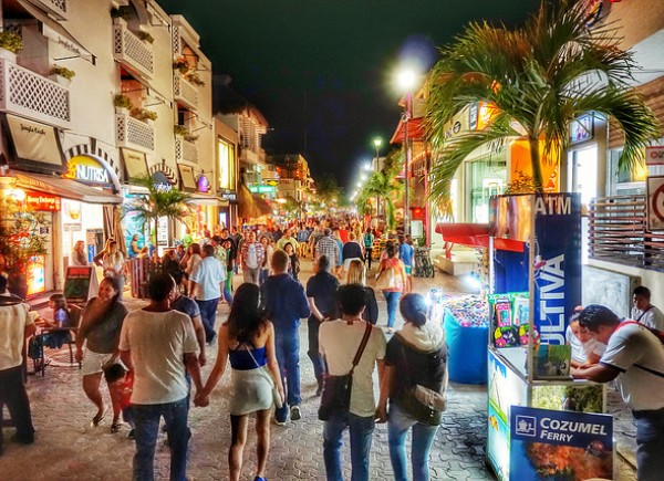 people enjoying la quinta avenida at night