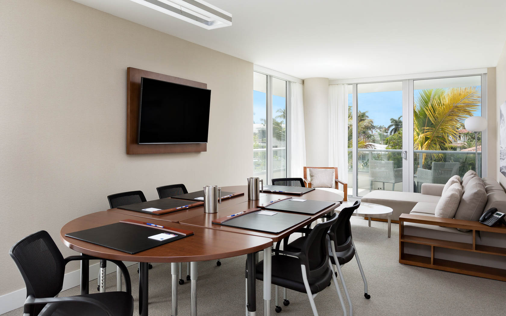 Hotel Room Pictures TRYP By Wyndham Miami Bay Harbor Bay Harbor - Conference table miami