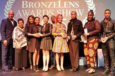 Group of people holding an award at the Bronzelens Festival