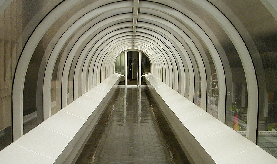 Glass tunnel over walkway at Peachtree Center