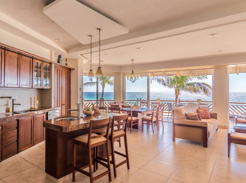 Four bedroom oceanfront dining area