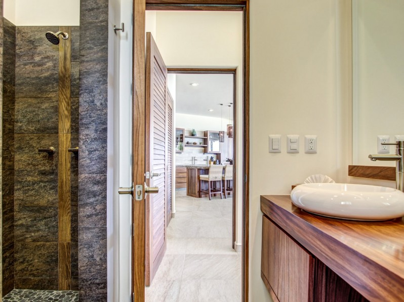 Four bedroom oceanfront bathroom