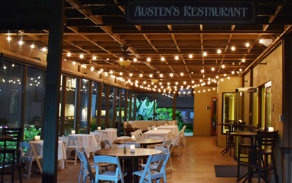 austens restaurant patio at night with string lights