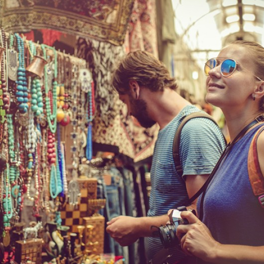 couple discover gifts market while travelling